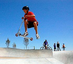 Mit dem Stunt Scooter in der Halfpipe